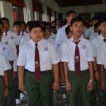 Pelajar menyanyikan lagu kebangsaan dengan bersemangat
