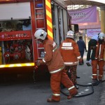 Anggota bomba bersiap sedia memulakan tugas.