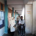 Pelajar dan guru menyelamatkan diri