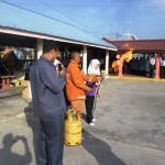Pegawai bomba menunjukkan demonstrasi