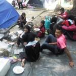 Pelajar sedang menyediakan makanan
