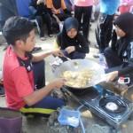 Pelajar menyediakan makanan