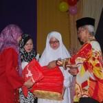 Penyampaian hadiah oleh YB Dato' Pengerusi PIBG kepada guru