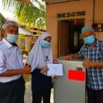 Sumbangan peti sejuk oleh guru-guru dan kakitangan SMKSIS dan Dermasiswa Alumni kepada pelajar asnaf